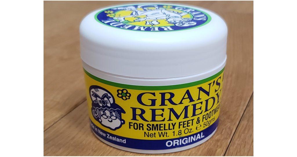 """靴のクサイ臭いを簡単に消臭できる""""魔法の白い粉""""を紹介!"""